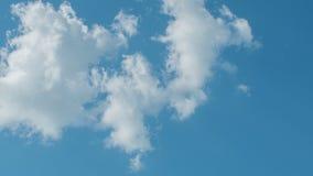 Nubes blancas que vuelan en el cielo azul Timelapse metrajes