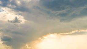 Nubes blancas que vuelan en el lapso de tiempo del cielo, la tolerancia y la esperanza soleados, creencia en dios almacen de metraje de vídeo