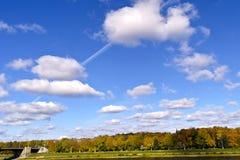 Nubes blancas raras en el cielo azul del otoño Imágenes de archivo libres de regalías