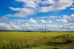 Nubes blancas sobre el campo Fotos de archivo