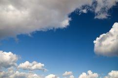 Nubes blancas sobre el cielo azul. Fotografía de archivo