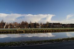 Nubes blancas sobre la guarida aan IJssel de Nieuwerkerk en los Países Bajos Foto de archivo libre de regalías