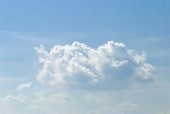 Nubes blancas suaves contra el cielo azul imagenes de archivo