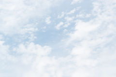 Nubes blancas suaves contra fondo del cielo azul y espacio vacío Fotos de archivo libres de regalías