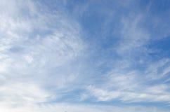 Nubes blancas suaves fantásticas del cielo contra Imagenes de archivo