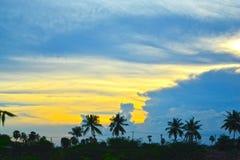 nubes blancas y azules en el cielo azul hermoso Foto de archivo libre de regalías