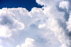 Nubes blancas y cielo azul Foto de archivo libre de regalías