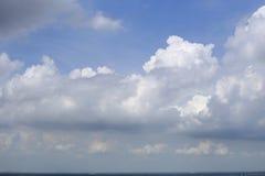 Nubes blancas y cielo azul Imágenes de archivo libres de regalías