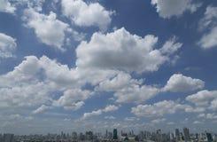 Nubes blancas y cielo azul y ciudad Foto de archivo libre de regalías