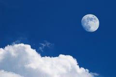 Nubes blancas y Luna Llena Fotografía de archivo libre de regalías