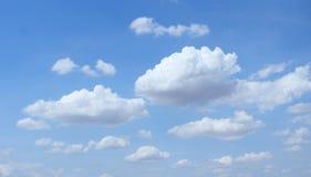 Nubes burbujeantes azules en tiempo del día Foto de archivo