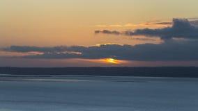 Nubes calientes anaranjadas de la puesta del sol sobre el mar de Irlanda almacen de metraje de vídeo
