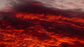 Nubes calientes coloridas en el cielo en la puesta del sol Fotografía de archivo