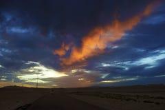 Nubes carmesís en la puesta del sol Fotografía de archivo libre de regalías