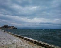 Nubes, cielo, mar y la fortaleza vieja de Corfú Imagen de archivo