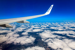 Nubes, cielo y tierra como a través vista ventana de un avión Fotos de archivo libres de regalías