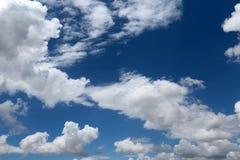 Nubes claras del cielo imagen de archivo