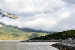 Nubes colgantes bajas sobre las costas costas de la ladera en Skagway escénico, Alaska fotos de archivo libres de regalías