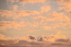 Nubes coloreadas en la puesta del sol Fotografía de archivo libre de regalías