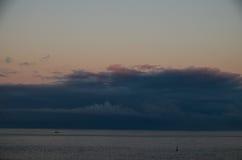 Nubes coloreadas en la puesta del sol Imagen de archivo