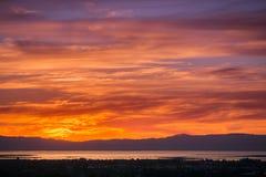 Nubes coloreadas puesta del sol ardiente Foto de archivo libre de regalías