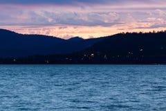 Nubes coloreadas puesta del sol sobre el Tahoe Foto de archivo libre de regalías