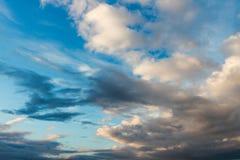 Nubes coloridas contra el cielo azul foto de archivo