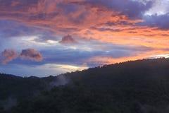 Nubes coloridas en el amanecer Fotos de archivo