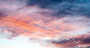 Nubes coloridas en el cielo con rosas brillantes, azules, rojos, naranjas sobre el interior en Australia - painterly imagen de archivo