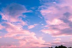 Nubes coloridas en el cielo de la puesta del sol, fondo de la naturaleza Foto de archivo libre de regalías