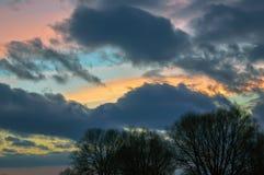 Nubes coloridas en el cielo de la tarde Foto de archivo libre de regalías