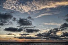 Nubes coloridas en la puesta del sol Fotografía de archivo libre de regalías