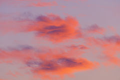 Nubes coloridas en la salida del sol Imagenes de archivo