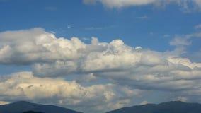 Nubes con el cielo azul almacen de metraje de vídeo