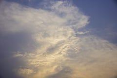 Nubes con la luz de la puesta del sol Foto de archivo libre de regalías