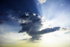 Nubes con los rayos del sol imagen de archivo libre de regalías