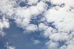 Nubes contra el cielo azul Imagen de archivo libre de regalías