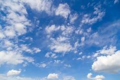 Nubes contra el cielo azul como fondo abstracto fotos de archivo