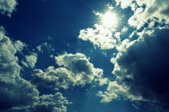 Nubes contra un cielo azul imagen de archivo