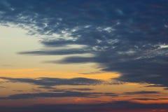 Nubes crepusculares en el fondo del cielo azul Imágenes de archivo libres de regalías