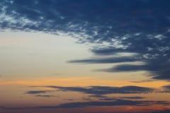 Nubes crepusculares en el fondo del cielo azul Fotografía de archivo libre de regalías