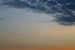Nubes crepusculares en el fondo del cielo azul Imagen de archivo libre de regalías