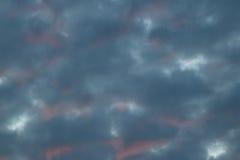 Nubes crepusculares en el fondo del cielo azul Foto de archivo
