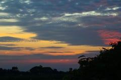 Nubes crepusculares en el fondo del cielo azul Fotos de archivo libres de regalías