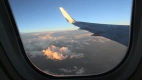 Nubes de ala y montañas de los Andes de la ventana del aeroplano almacen de metraje de vídeo