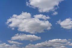 Nubes de cúmulo blancas contra un cielo azul imagen de archivo libre de regalías