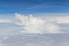 Nubes de cúmulo blancas mullidas hermosas en fondo del cielo azul Fotografía de archivo