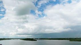 Nubes de cúmulo blancas sobre el paisaje escénico (time lapse) metrajes