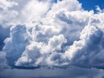 Nubes de cúmulo dramáticas imagenes de archivo