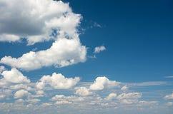 Nubes de cúmulo en el cielo Fotografía de archivo